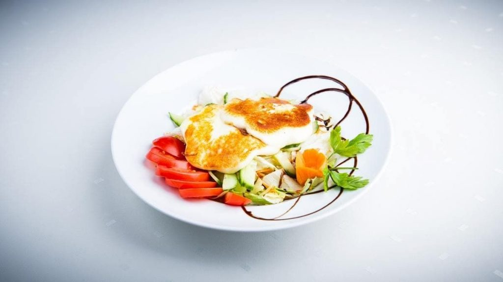 Dióban forgatott kézműves grillsajt saláta ágyon (002)